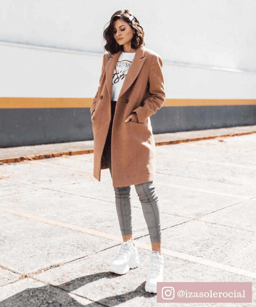 casaco longo com tenis